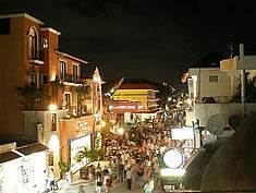 restaurants_at_night_on_5th_avenue_playa_del_carmen_mexico